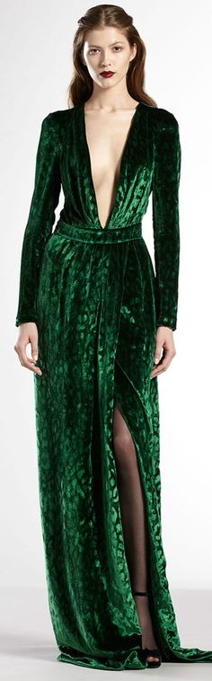 Velvet Deep V-neck Gucci Gown Green Fashion, High Fashion, Gucci Fashion, Fashion Tips, Style Vert, Minimalist Outfit, Gucci Gown, Look 2015, Style Haute Couture