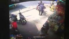 Đám đông đuổi đánh thanh niên trộm đồ trong tiệm tạp hóa - http://www.blogtamtrang.vn/dam-dong-duoi-danh-thanh-nien-trom-trong-tiem-tap-hoa/