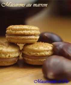 Macarons aux marrons. Ingrédients : 125 gr de poudre d'amandes- 125 gr de sucre glace- 125 gr de sucre en poudre (divisé en 2 x 62,5 gr)- 90 gr de blancs d'oeufs- colorants au choix- 200 gr de crème de marron- 50 gr de crème liquide- 1 feuille de gélatine. Recette sur le site. #recette #macaron #marrons