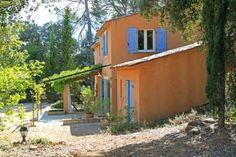 """Villa """"Les Capucins"""" (Saint-Antonin du Var) - Uniek gelegen romantische Provençaalse bastide met zwembad, midden in de groene Var, een prachtig gebied tussen Lorgues en Carcès op slechts 35 km van het strand. Ideale plek voor lange wandelingen tussen de wijnvelden. In de directe omgeving zijn meerdere pittoreske dorpjes. In deze mooi gerenoveerde bastide zult u zich direct thuisvoelen. Deze villa is geschikt voor 4-6 personen."""