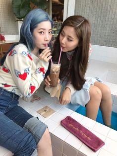Dahyun & Tzuyu sharing a drink Kpop Girl Groups, Korean Girl Groups, Kpop Girls, Twice Dahyun, Tzuyu Twice, Nayeon, Mbti Type, Twice Photoshoot, Twice Once
