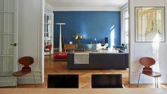 Un appartement où le bleu et la lumière mettent en valeur des pièces choisies avec soin I photo : Gallery democratic