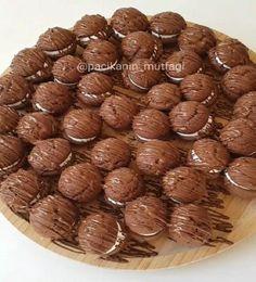 Hem küçüklere hem büyüklere 😄 Kurabiyeyle kek arası bir dokuya sahip bence çok güzel 😋 Arası hafif bir krema ve üzeri çikolatalı &#..
