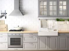 Cucina FAKTUM con ante/ante a vetro/frontali cassetto LIDINGÖ grigi e piano di lavoro ÅKERBY in rovere