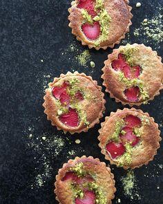strawberry and pistachio frangipane tarts Desserts Français, Pudding Desserts, Sweet Cookies, Sweet Treats, Bake Boss, Ottolenghi Recipes, Frangipane Tart, Strawberry Tart, Flan Recipe