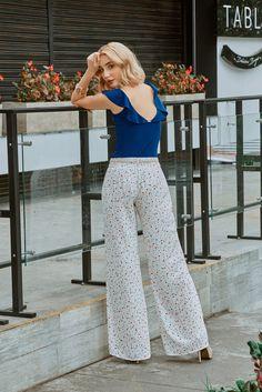 Pantalón tiro medio elaborado en chifón, forrado para mayor comodidad femenina e incluye cinturon. Ideal para crear looks casuales o de oficina. Striped Pants, Fashion, Pants, Clothing, Create, Over Knee Socks, Feminine, Elegant, Moda