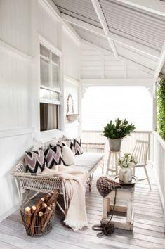 An all white porch. Home Interior Decorating in colori neutri ~ Interni e Design Still my favorite office Interior, White Porch, Home, Outdoor Spaces, Cozy House, Scandinavian Home, My Scandinavian Home, House Styles, House Interior