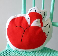 Meet sleepy Fox  One decorative fox shaped pillow made with fabric paint  Approximate size: 11  lenght x 11 height.  The cover is not removeable.  Filled with polyester filling  This item is made to order. Please allow up to 7 working days for your item to be made.   ★---------------★--------------------★------------------★-------------------★----------------★  Rencontrez le renard endormi  Coussin décoratif en forme de renard, fait à la peinture pour tissu  Talle approximative : 28 cm en…