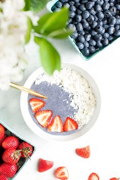 These 4th of July blueberry smoothie bowsl are perfect for the summer holiday. Creamy and rich but very healthy. | Vegan, gluten free, paleo, and vegetarian. | Click for healthy recipe. | Via Loveleaf Co.