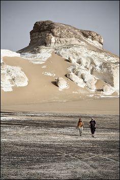 Famoso desierto Blanco, en el que se encuentran  fragmentos de esqueletos marinos de miles de años atras