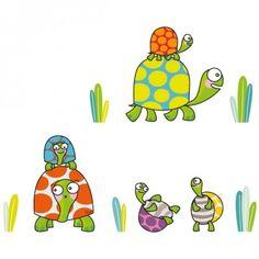 Ce sticker famille tortues de la marque Série-Golo apporte un décor ludique et coloré à la chambre d'un enfant.