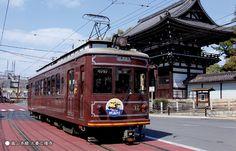 京都在住の方に親しまれている「嵐電」。 四条大宮と嵐山の間を結びます。 路面電車の中から眺める京都の町並みが心を打ちます。