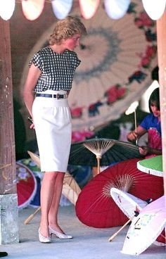 Charles and Diana arrived in Chiang Mai on the last day of their tour of Thailand to a welcome of gifts and dancing which was performed by 400 schoolchildren in red, white and blue costumes reminis… Lady Diana Spencer, Charles And Diana, Prince Charles, Kate Middleton, Princess Diana Fashion, Princes Diana, Diane, Princess Of Wales, Queen Of Hearts