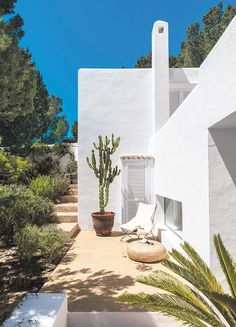 Love the look and feel of breezy Ibiza homes? Step into some of the Spanish island's most iconic spaces with the new book Life Is Ibiza. Exterior House Colors, Exterior Design, Interior And Exterior, Ibiza Fashion, Home Fashion, Ibiza Style Interior, Moraira, Desert Homes, Exterior Remodel