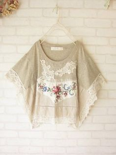 This t-shirt plus doily poncho refashion. no tut but looks fairly simple. Altered Couture, Diy Clothing, Sewing Clothes, Alter Pullover, Look Boho Chic, Mode Boho, Recycled Fashion, Linens And Lace, Vintage Lace