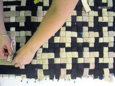 Осваиваем рукоделие: делаем своими руками коврики дома из лоскутков ткани, помпонов и любых ненужных старых вещей