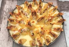 Gratin de pâtes en forme de fleur ! La romance, en cuisine 🙂 Ingrédients CONCHIGLIONI 400 G RICOTTA 500 G JAMBON BLANC 200 G PARMESAN 100 G PERSIL SEL & POIVRE BÉCHAMEL 30 CL MOZZARELLA RÂPÉE 100 G Recette Cuire les conchiglioni à l'eau bouillante. Couper le jambon en fines lamelles. Mélanger la ricotta avec les lamelles de jambon, le parmesan, le persil haché, du sel et du poivre. Remplir les conchiglioni avec une cuillère à soupe de ce mélange. Étaler la béchamel au fond d'un moule à t...