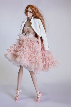 Dolls buildings, many methods from conventional wood-based buildings to Barbie Dreamhouses. Barbie Gowns, Barbie Dress, Barbie Clothes, Barbie Barbie, Barbie Fashionista, Barbie Collection, Couture Collection, Fashion Royalty Dolls, Fashion Dolls