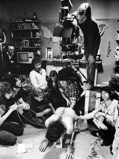 """Filming the transformation scene in """"An American Werewolf in London"""" directed by John Landis. Behind the scenes photos. Alberto Giacometti, Scary Movies, Horror Movies, Movies Showing, Movies And Tv Shows, 7 Arts, Photos Rares, American Werewolf In London, Famous Monsters"""
