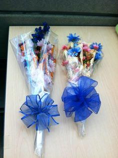 Learn how to make candy bouquets – Candy Bouquet Designs books. Start Candy Bouquet and Gift Basket Business or Do it for a hobby! Candy Boquets, Candy Bar Bouquet, Gift Bouquet, Liquor Bouquet, Candy Gift Baskets, Raffle Baskets, Candy Arrangements, Candy Wreath, Diy Y Manualidades