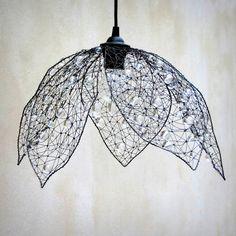 Třpytivý květ. Drátované stínidlo.  Šperk pro tvůj domov.  Stínidlo jsem vyrobila ze železného drátu a bohatě jsem jej ozdobila několika hrstmi broušených perlí čirých barev. Rozsvícené světlo vytváří večer fascinující stínohru na zdech. Je tvarováno z ruky, je nepravidelné. Jednotlivé okvětní plátky můžete aranžovat a regulovat tím míru otevření ...