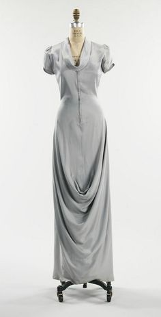 Elsa Schiaparelli 1940  The bottom of this dress resembles the draped pouch at the front of the imperial toga called the sinus.