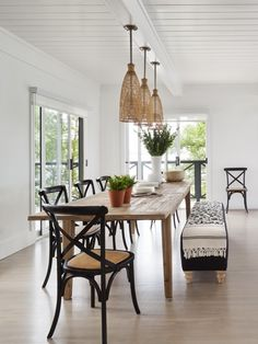Love the feel in this dining space.Could do with a palm tree or 2.