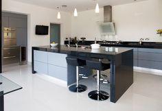 8 Top And Modern Kitchen Bar Design Ideas Black Kitchen Countertops, Stools For Kitchen Island, Kitchen Countertop Materials, Kitchen Islands, Quartz Countertops, Stylish Kitchen, New Kitchen, Functional Kitchen, Kitchen Ideas