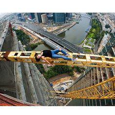 Angela Nikolau zoekt extremen op op reis, en beklimt torenhoge gebouwen voor een foto
