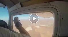 Homem Descobre Tarde Demais Que Não Teve Boa Ideia Ao Tentar Tirar Fotografia Durante Viagem De Avioneta