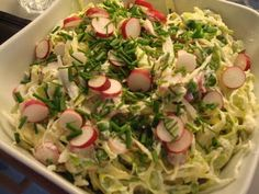 Sprød salat med mild spidskål og radiser i en rygeostdressing. Lækker til sommerens grillmad. Find opskriften her.