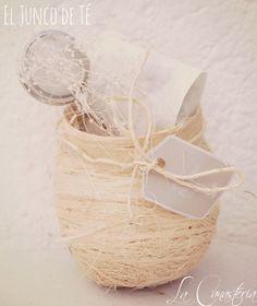 El Junco de Té es un diseñito de recuerdo para evento con feeling mexicano chic. Incluye bolsita con tisana gourmet de tu elección (20 gr.), elegante infusor metálico, acento floral natural y etiqueta personalizada. NOTA: el junco de té esta diseñado para colgar de árbol o algun accesorio decorativo en evento.  $150 Pesos (Precio incluye IVA) Cotizaciones: lacanasteria@gmail.com
