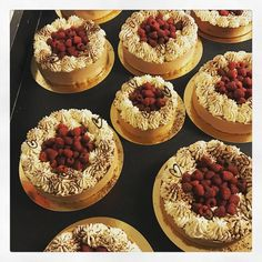 Tårtor gjorda efter brudparets önskemål av smaker och utseende. Brownie, gömd hallonmousse och sedan ett lager av mjölkchokladmousse.
