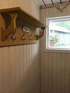 Kunnostettu vanha naulakko Bathroom Hooks, Track Lighting, Farmhouse Style, Beautiful Homes, Relax, Ceiling Lights, Design, Inspiration, Home Decor