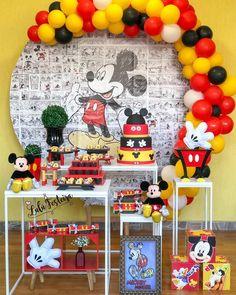 Ameiii⠀ ⠀ @festeiralulu⠀ O Ratinho mais querido do Mundo 😍. E sobre essa festa, devo e quero dividir com vcs que usei como meu projeto… Festa Mickey Baby, Mickey Mouse Birthday Decorations, Theme Mickey, Minnie Mouse Theme Party, Fiesta Mickey Mouse, Mickey Party, Mickey Mouse Parties, Balloon Decorations Party, Elmo Party