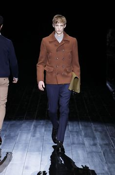 La nueva colección masculina otoño - invierno 2014/2015 de #Gucci está inspirada en el ambiente de los retratos de Kris Knight. Destacan los ... #runway #pasarela #menswear