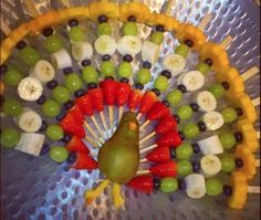 60 Ideas For Fruit Traktatie Pauw Fruit Party, Snacks Für Party, Cute Food, Good Food, Yummy Food, Holiday Treats, Holiday Recipes, Thanksgiving Snacks, Fruit Displays