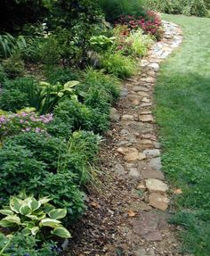Most people struggle with perfect garden borders but this idea is bellewood gardens diary i was really taken with this casual edging aesthetically it suits the character of this portion of the garden workwithnaturefo