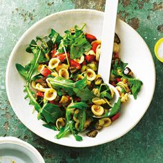 Wir nehmen Öhrchennudeln - darin fängt sich unser Sugo aus Tomatenpüree und Olivenöl so schön. Geschmackvolle Verstärkung bekommt die Pasta auch von Rauke, Aubergine, Zucchini ... Foto: Thomas Neckermann
