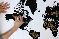 Daydream of travel with this fabulous #DIY Black and White World Map from @Janssen. /ES