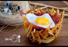 ¡Qué emplatado tan bonito el de este receta (y qué rica está)!: nidos de patata con jamón