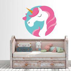 Precioso vinilo con la imagen de un unicornio con el pelo rosa. Decora cualquier espacio infantil con este diseño tan en tendencia.