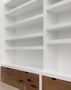 Boekenkast – Creatief op maat Stationary Shop, Diy Hanging Shelves, Living Room Shelves, Cool Diy Projects, Furniture Decor, Shelving, Bookcase, Sweet Home, House Design
