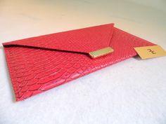 Referência: Flor Adelfa Tamanho: 29cm x 16,5cm Bolsa carteira - couro ecológico vermelho.