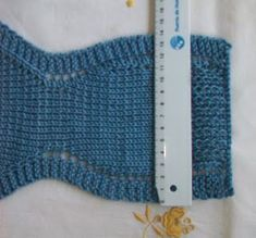 POLOLO DE HILO AZUL PRIMERA POSTURA ENLACE PARA TEJER LOS ZAPATITOS Material Hilo azul 100% algodón para agujas nº 3 - 3,5... Crochet Bikini, Knit Crochet, Baby Pants Pattern, Baby Kimono, Baby Born, Afghan Crochet Patterns, Crochet For Kids, Baby Knitting, Arm Warmers