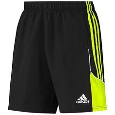 Llevo pantalones cortos de baloncesto en casa. El son de negro y verde. Me gustan los colores.