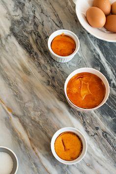 Una receta clásica de la repostería francesa. Hoy os contamos como hacer Crème Brûlée y además truquitos de composición fotográfica que te encantarán.