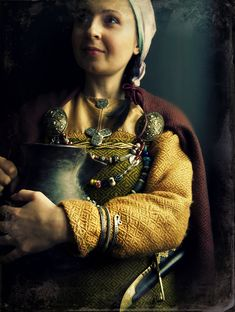 Viking woman clothing: diamond twill wool. Viking jewelry from Birka and Gotland : tortoise (oval) brooches, trefoil brooch, small round brooch, spiral arm ring. Birka knife. Viking pottery.