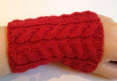 Kurze rote Armstulpen/Pulswärmer mit Zopfmuster von Pfiffiges aus Heu, Wolle und Holz auf DaWanda.com