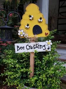 Beehive Bee Crossing Yard stake kit – Crafting with Kimber Bee Crafts, Crafts To Do, Crafts For Kids, Summer Crafts, Fall Crafts, Bee Creative, Bee Party, Wooden Crafts, Brick Crafts